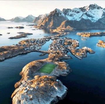 Vista de la isla de Hellandsøya y su campo de fútbol