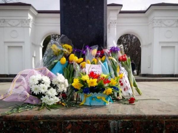 У Криму до пам'ятника Шевченку принесли квіти з синьо-жовтими стрічками