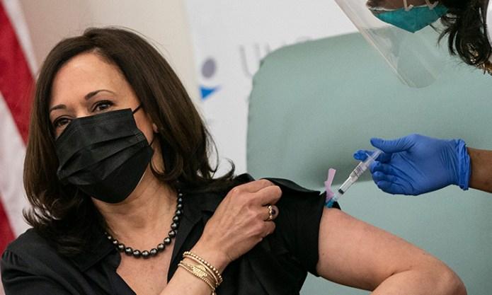 : Kamala Harris recibe la vacuna contra COVID-19