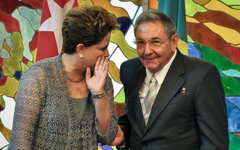 La presidenta de Brasil, Dilma Rousseff y el gobernante cubano, Raúl Castro, el martes 31 de enero de 2012, en el Palacio de la Revolución de La Habana. EFE/Adalberto Roque