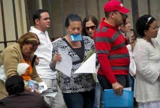 Varias personas hace fila en la Sección de Intereses de Estados Unidos en La Habana, el pasado 8 de enero. Durante este año fiscal y hasta el 10 de septiembre, 16,933 cubanos entraron sin visa a Estados Unidos, 4,642 más que el año pasado, según cifras obtenidas por el Nuevo Herald.Ramon Espinosa/AP