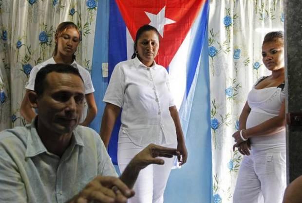 José Daniel Ferrer, en entrevista con Reuters, su hija Martha (izquierda) y otras parientes