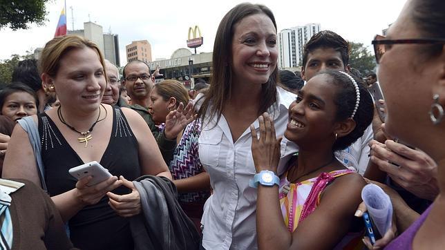 afp |María Corina Machado, con simpatizantes, durante una protesta en Caracas el pasado jueves