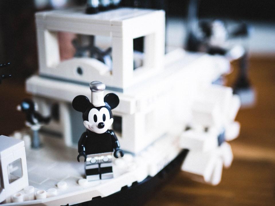 Mickey sur le pont du Steamboat Willie en Lego