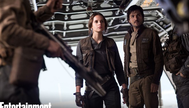 Jyn Erso (Felicity Jones) y Cassian Andor (Diego Luna) en una nave