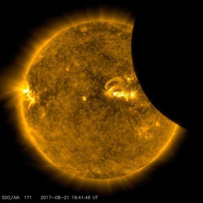La Luna en tránsito por delante del Sol, tomada por el Observatorio de Dinámica Solar a la luz ultravioleta extrema 171 Angstrom, el 21 de agosto de 2017. NASA / SDO