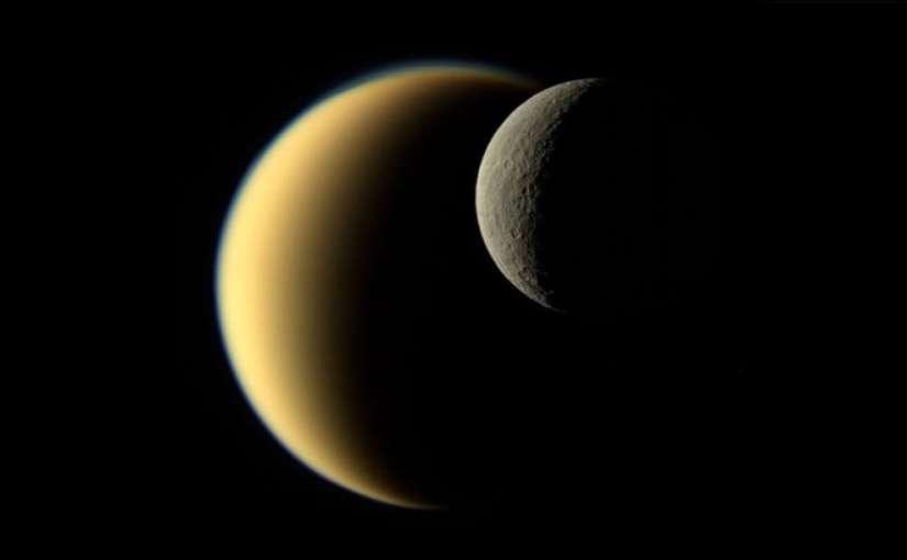 Un gran vistazo a Rhea, la segunda luna más grande de Saturno