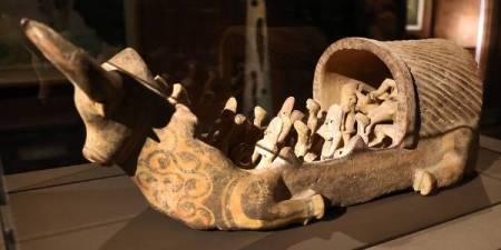 टेराकोटा नाव एक बैल के आकार में, और फीमेल मूर्तियाँ।