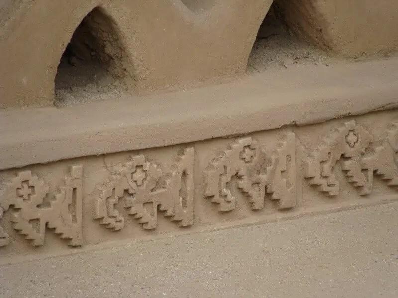 Pélicans en haut-relief sur un mur du Chan Chan