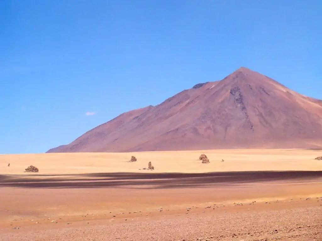 Montagnes et pierres au désert de Dali Uyuni Andes Bolivie