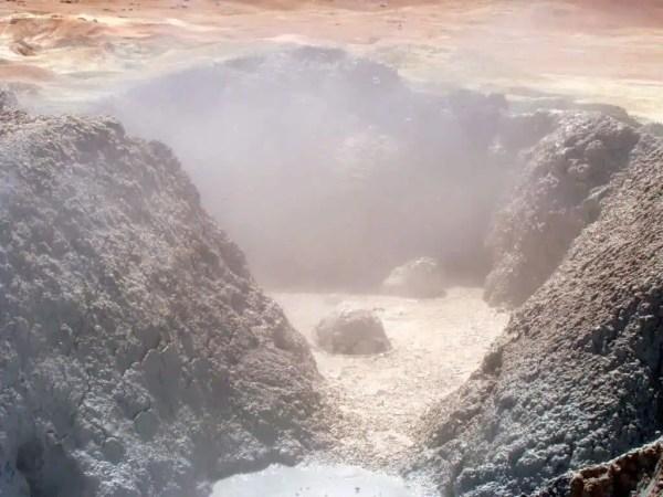 Geyser de boue chaude