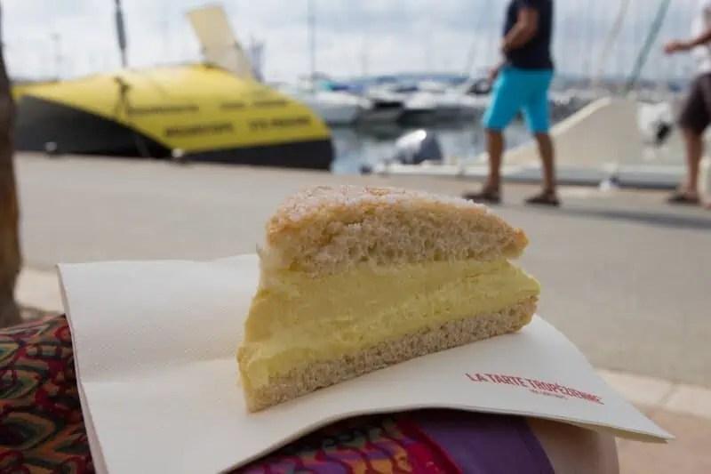 Une petite part de tarte tropézienne à déguster en bord de mer