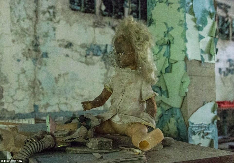 2DA033E900000578-3282779-Explorer_Ric_Gazarian_spent_the_night_in_Chernobyl_s_Exlcusion_Z-m-17_1445514259934