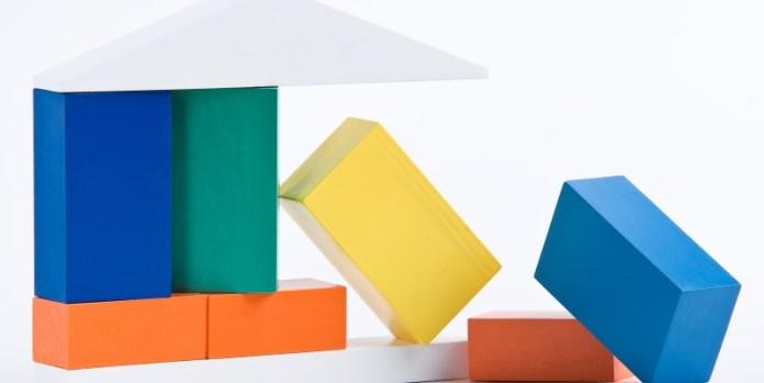 Bausteine stabilisieren: Sale-and-lease-back als Finanzierung ist unabhängig von der Bonität und eignet sich damit in Krisensituationen.