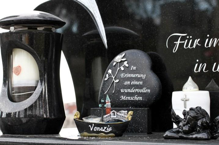 Grabschmuck mit einem Herz und einer venezianischen Gondel