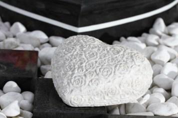 Weißes Herz mit Rosenblüten als Oberflächenstruktur