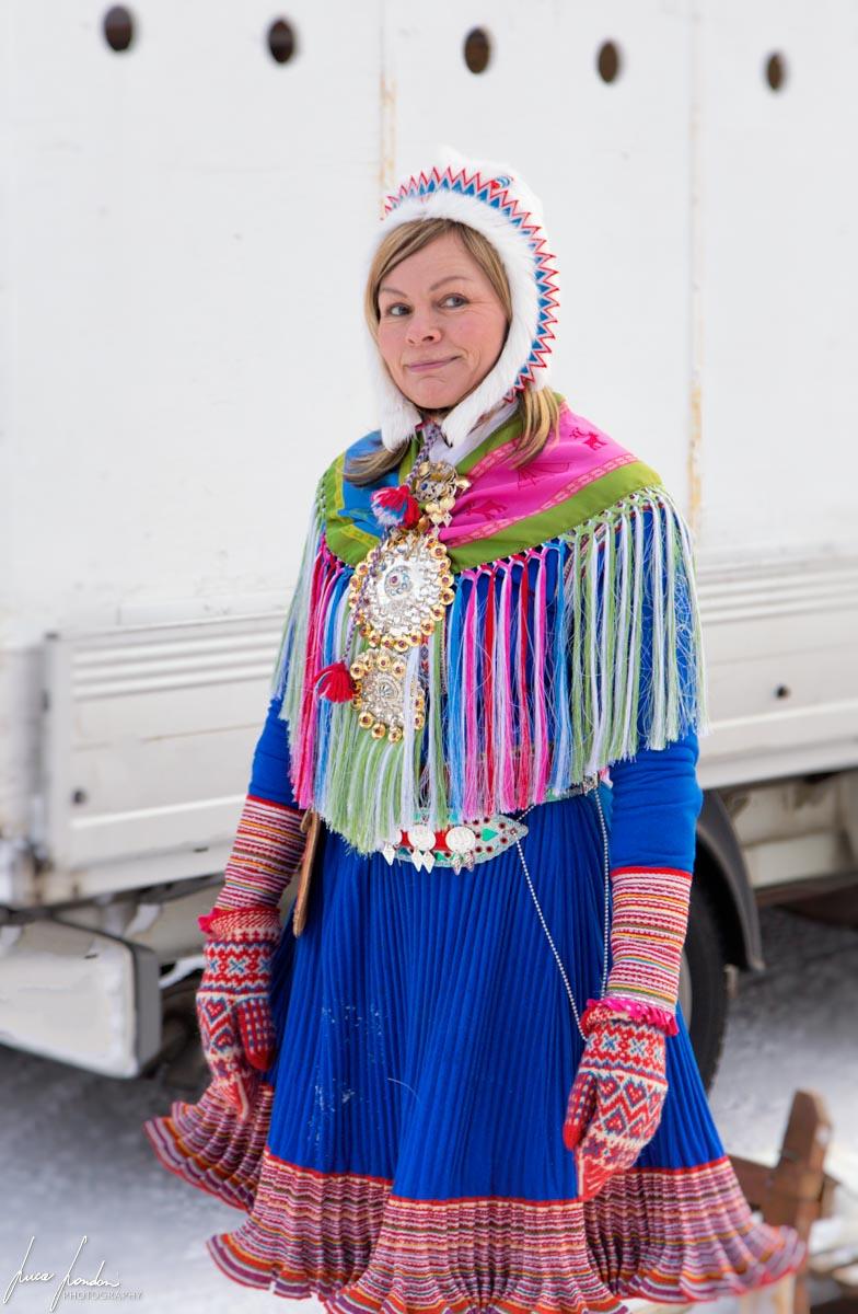 Donna con abito tradizionale Sami