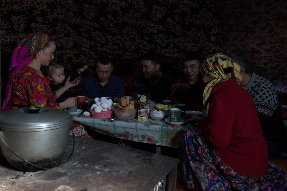 Nenets della Siberia: l'interno del chum