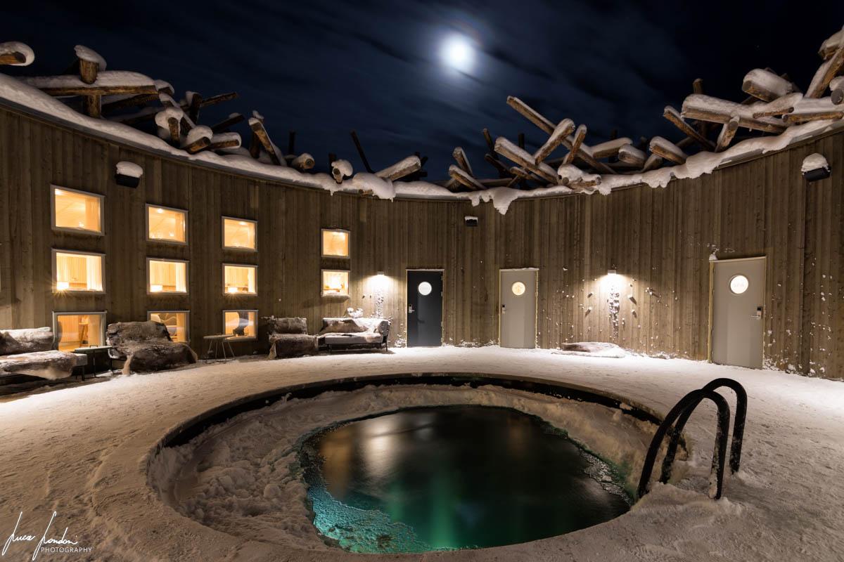 Arctic Bath: vasca esterna con acqua fredda del fiume e jacuzzi sullo sfondo