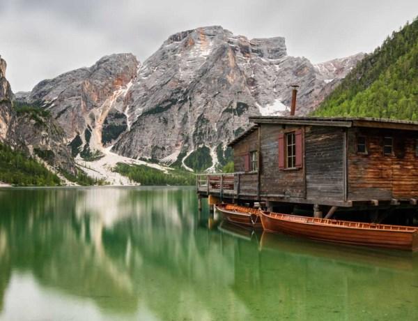 Lago di Braies e la sua famosa palafitta