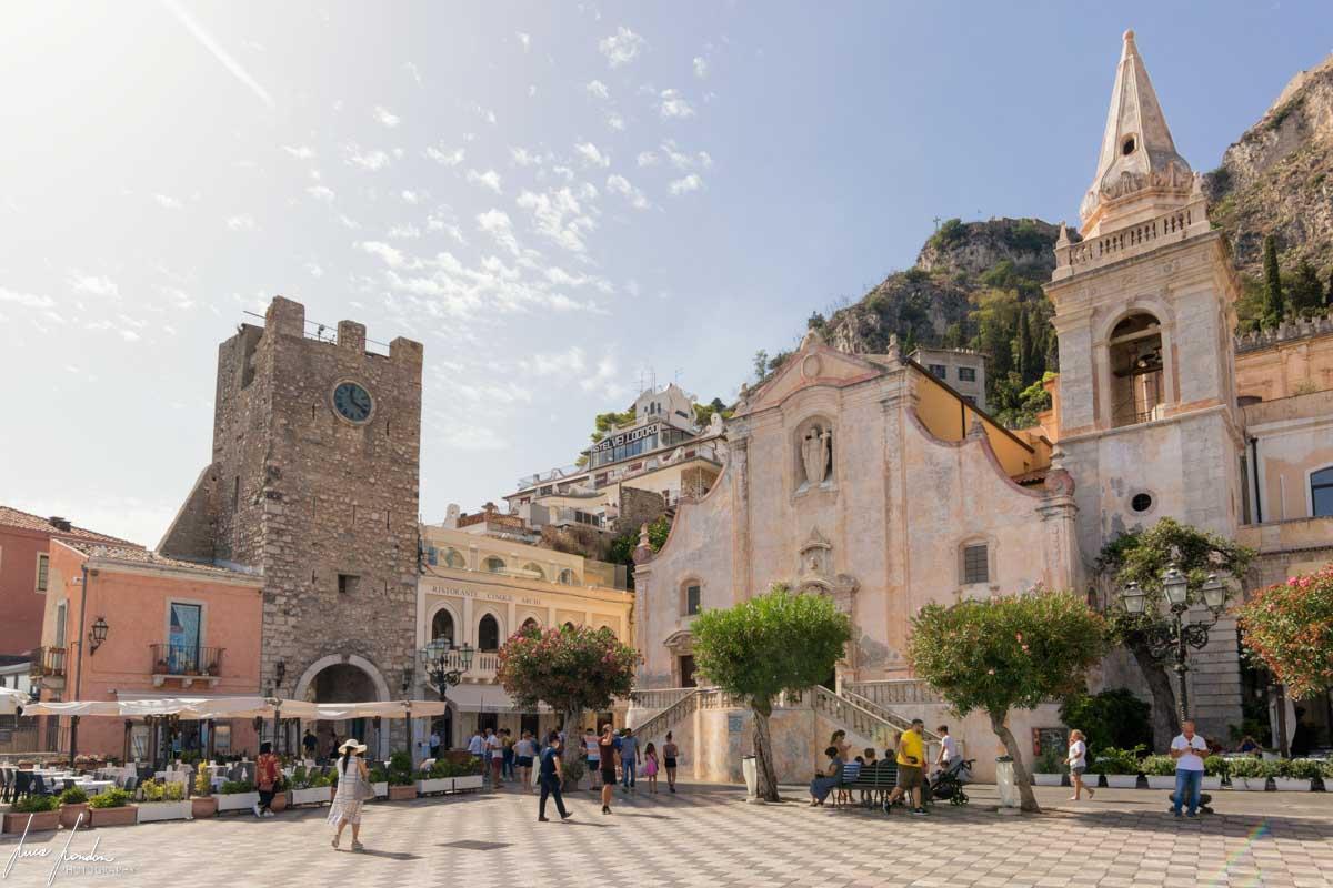 Piazza XV Aprile a Taormina, Torre dell'Orologio e Chiesa di San Giuseppe