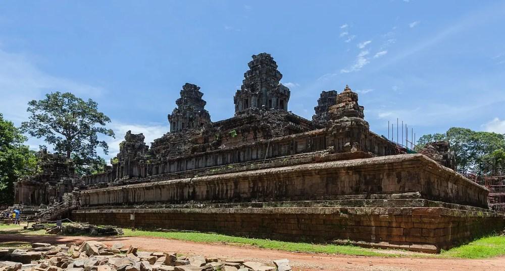 El templo de Ta Keo; en la esquina derecha se pueden apreciar algunos de los andamios (Foto Diego Delso CC-BY-SA 3.0)