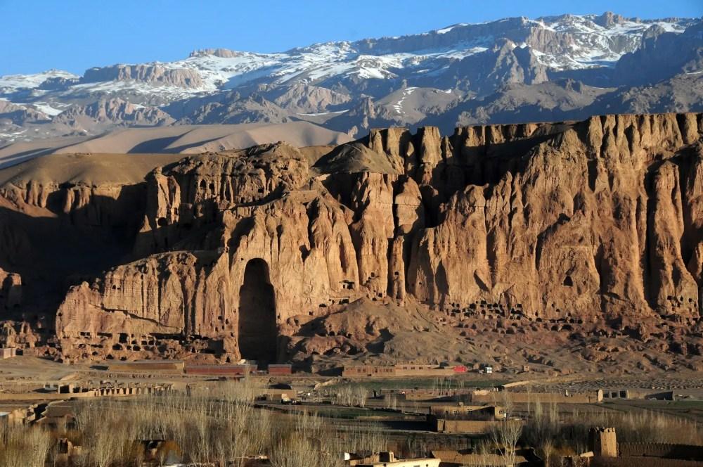Los acantilados de Bamiyan con el nicho vacío del mayor de los Budas dinamitado en 2001 (foto By-Afghanistan Matters from Brunssum Netherlands CC-BY-2.0)