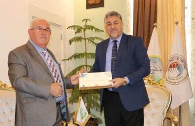 جامعة الحمدانية تمنح درع الابداع للدكتور جورج كاكو