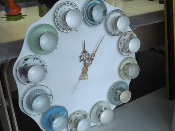 reutilizar viejas tazas de té de porcelana pared blanca colgando ideas de la decoración del reloj
