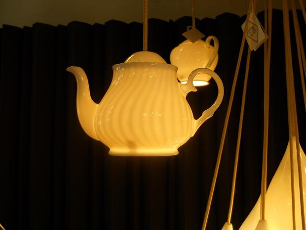 reutilizar viejas teteras creativas ideas de decoración que cuelgan lámparas de interior