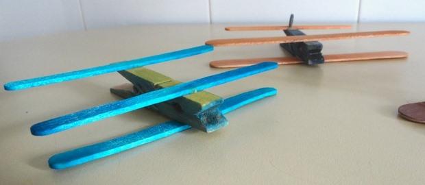 plano de pinza de la ropa hecha de palos de helado de reciclaje del proyecto los niños