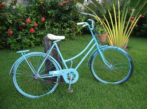 Azul pintado de volver a utilizar la bicicleta en el jardín como decoración increíble