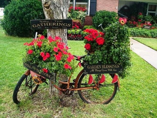 bicicletas upcycling en la decoración de jardín con macetas con flores increíbles
