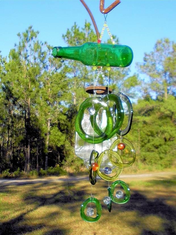 artesanías carillón de viento hechos de botellas de vidrio vacías de color verde Upcycling ideas para el patio trasero