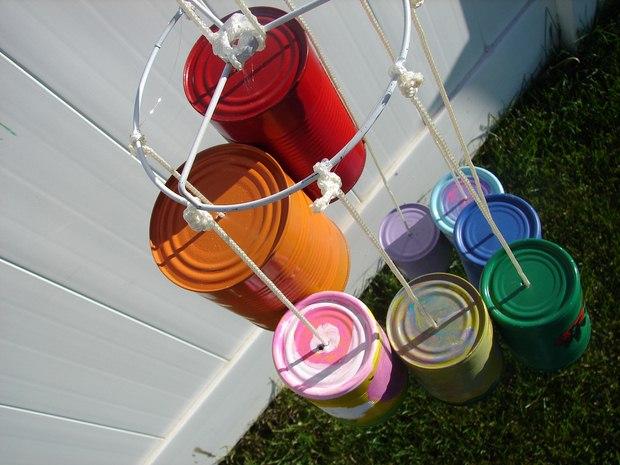 artesanías carillón de viento hecho de una caja de pintura vacío usado pintadas en colores diffrerent