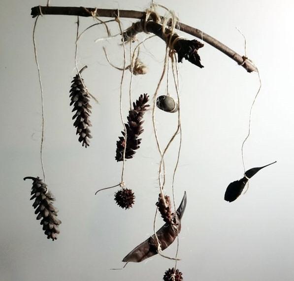 viento artesanías carillón decoración hecha de piñas y palos de madera de los bosques
