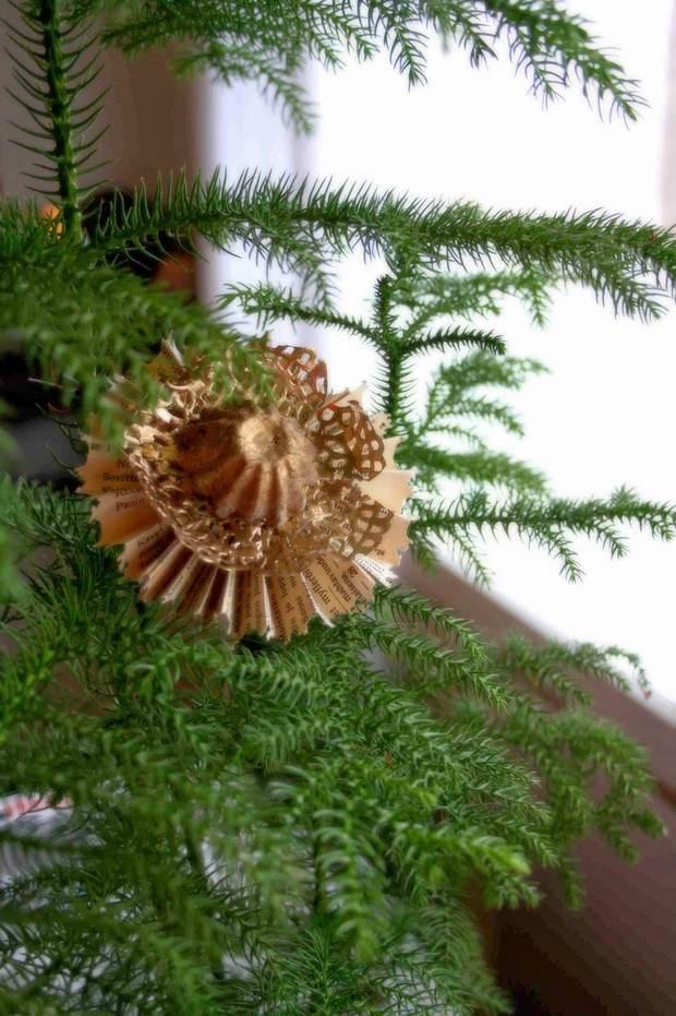 página del libro de roseta adornos de navidad embarcaciones pequeñas de color dorado sobre ideas de decoración DIY del árbol de Navidad