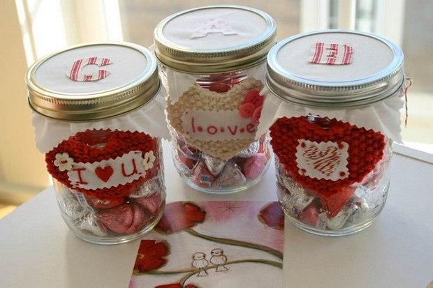 Día de San Valentín artesanía de los tarros de albañil hersheys besos corazones crochet botón decoraciones