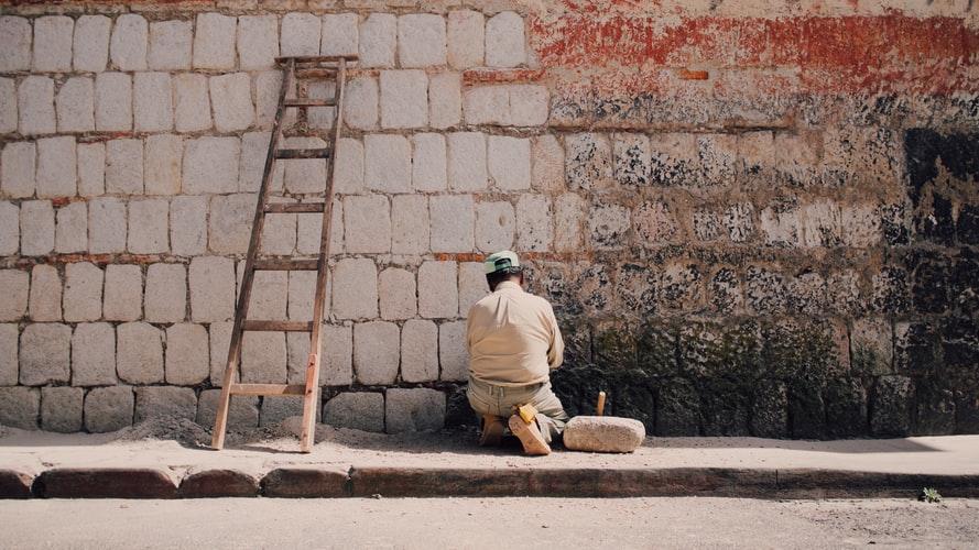 depiction of ladder safety