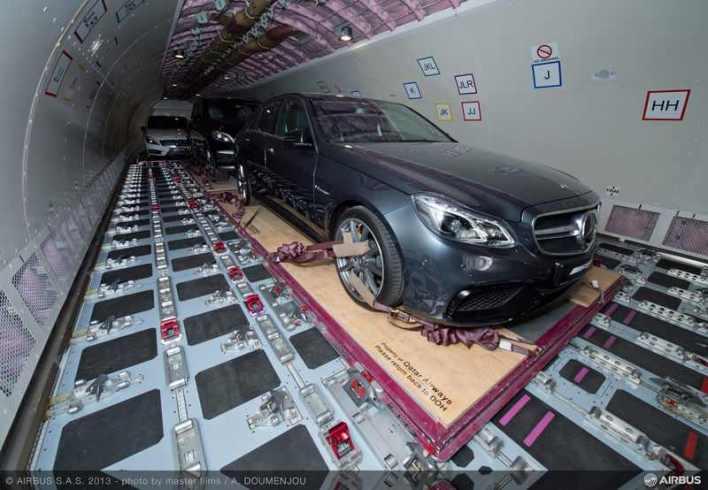 A330-200_F_Qatar_loading_Mercedes_1