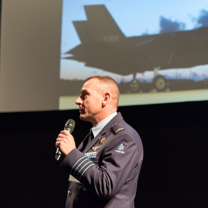 Kolonel Denny Traas, commandant vliegbasis Leeuwarden over het infaseren van de Joint Strike Fighter bij de Koninklijke Luchtmacht, die op 11 juni 2016 zijn opwachting zal maken bij de Luchtmachtdagen op vliegbasis Leeuwarden.  ©Daan van der Heijden