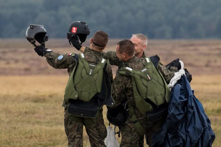Parachutisten nemen een selfie met hun helmcamera © Leonard van den Broek