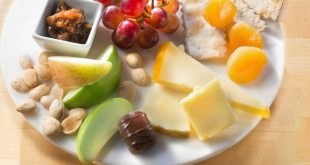 Een bord met kaas en fruit - (c) Delta Air Lines