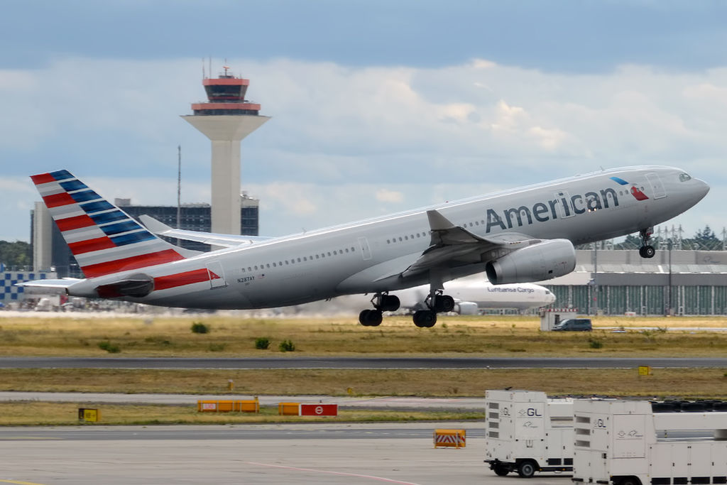 Fairing toestel American laat los tijdens vlucht