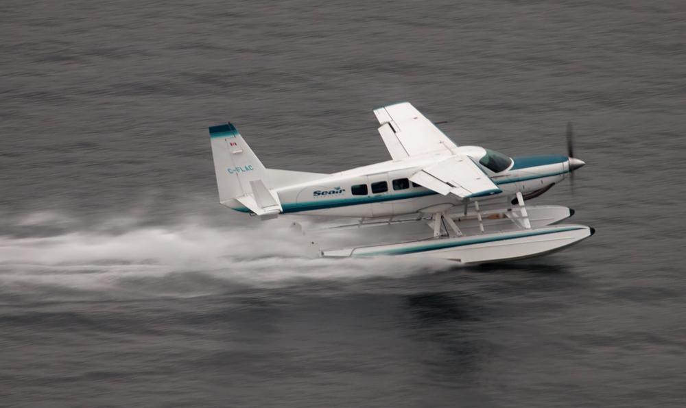 Vliegtuig weggesleept na waterlanding | video