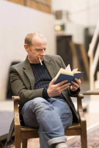 17. Jonathan Slinger in rehearsal for Absolute Hell (c) Johan Persson