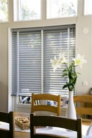 Persienner som solskydd i köksfönster
