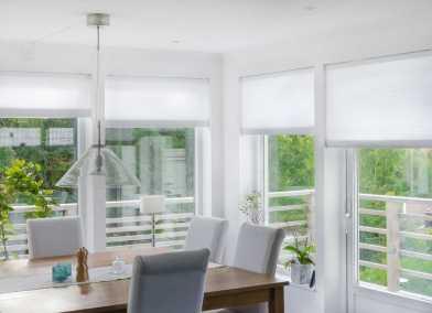 Duettegardin i köksfönster för solskydd