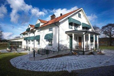 Korgmarkis Sienna grön ger en fin kontrast till vit fasad