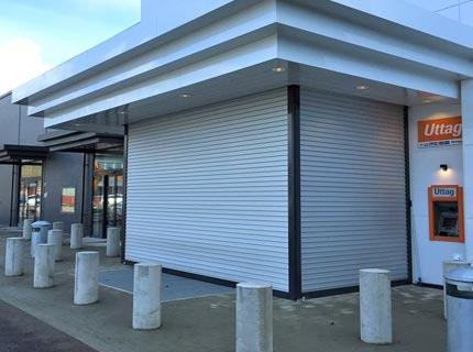 Rulljalusi monterad på butiksentré för minskad insyn och stöldskydd
